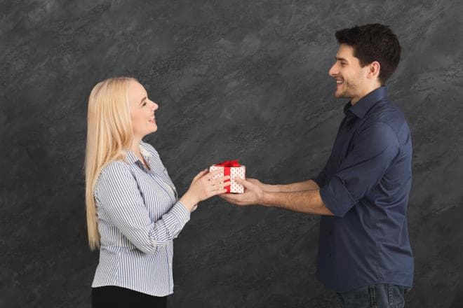 Få den helt rigtige reaktion når du afleverer en gave til kæresten