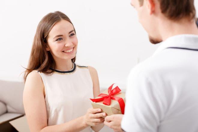 Kvinde får en gave af kæresten