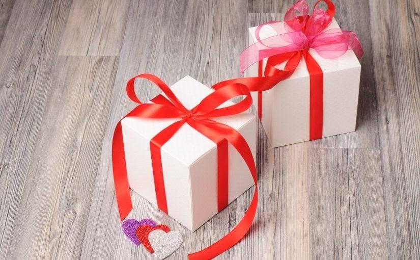 2 romantiske adventsgaver som er fint pakket ind
