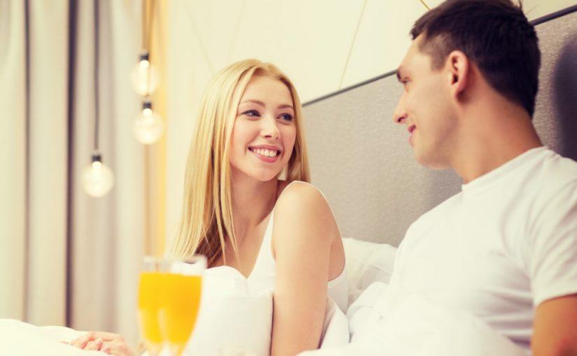 Par der får morgenmad på sengen på deres hotelværelse