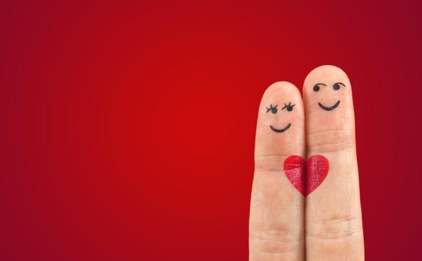 2 fingre klædt ud som et lykkeligt par