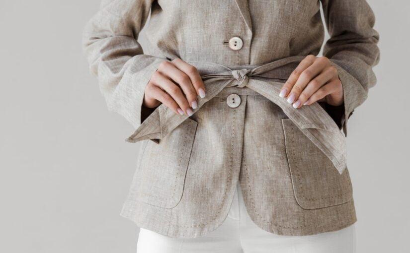 Kvinde i grå jakke