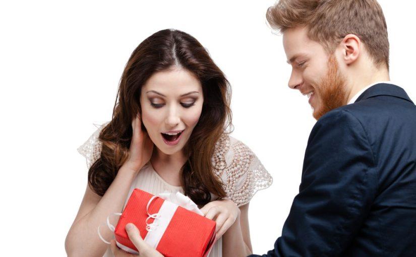 Kvinde der får en gave af sin kæreste